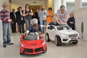 2 petites voitures électriques pour le service de pédiatrie